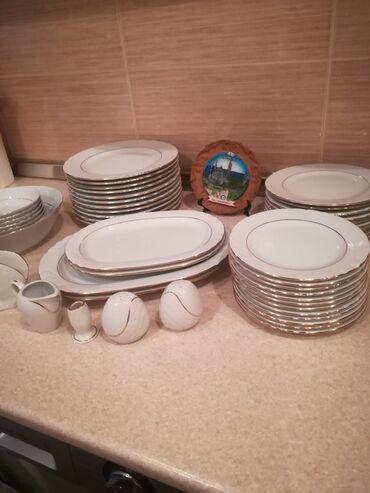 Набор Обеденных тарелок на 11 персон, светлого цвета, куплены в Баку