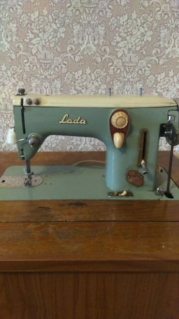 Электроника - Гавриловка: Срочно продаю швейную машинку вместе с тумбой. Встроенная обработка