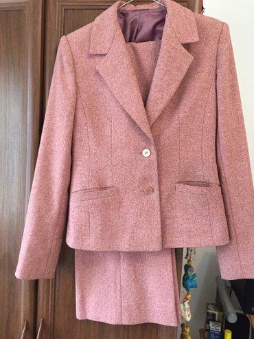 Брючный костюм женский вечерний - Кыргызстан: Продаю брючный костюм б/у в отличном состоянии (розовый). серый костюм