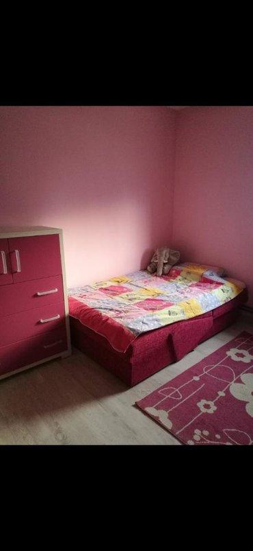 Nameštaj - Ruma: Na prodaju decija soba odlicnog kvaliteta, kao nova. Sto, komoda kao i