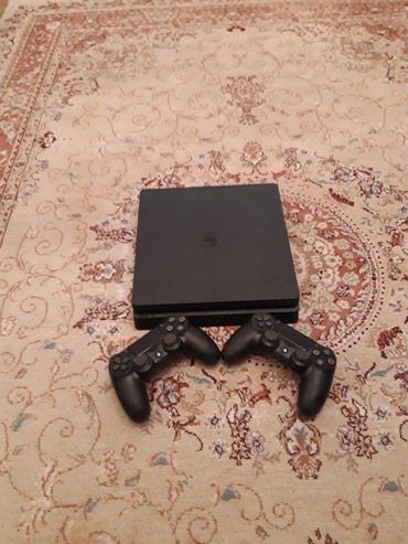Bakı şəhərində Playstation 4 Slim.Cemi 2-3 ay islenib..Teze kimidi..Ustunde cizigi