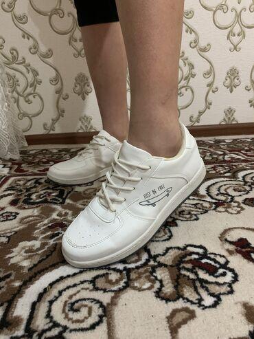 экстрасенсы в бишкеке в Кыргызстан: 1)Белые кроссовки размер обуви 37  2)Батальон демисезонный из замши по