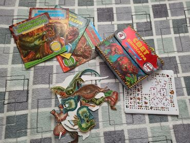 Svet dinosaurusa u kofercetu. Sadrzi 4 knjizice, dinosaure od kartona