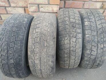 Шины и диски - Бишкек: Продаю зимние шины 235/60 r18. Остаток 2пар 80%, а остальные 2 шины