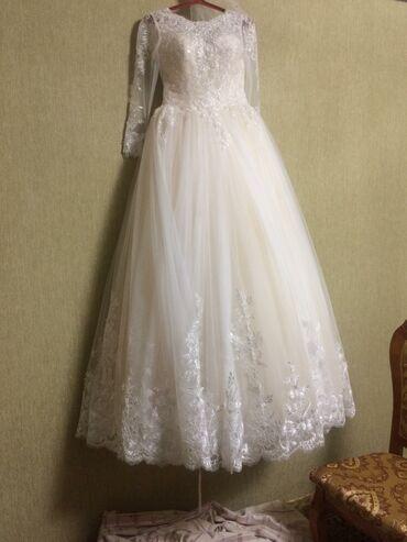 Свадебные платья и аксессуары - Бишкек: Продаю красивое свадебное платье,цвета айвори
