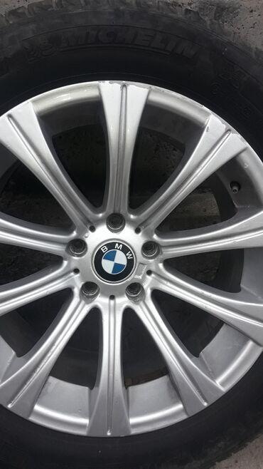 диски на бмв x5 в Кыргызстан: BMW X5!!! Диски 4шт 18, 1шт 17 с резинами