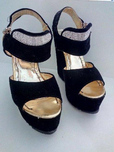 черные-женские-туфли в Кыргызстан: Красивые босоножки на платформе. 35 размер.В хорошем состоянии