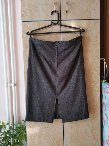 Predivna poslovna suknja, divnog materijala, bez ostecenja.Jako lepo