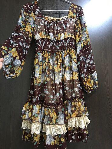 Нарядное цветочное платье до коленС квадратным вырезом, нежное