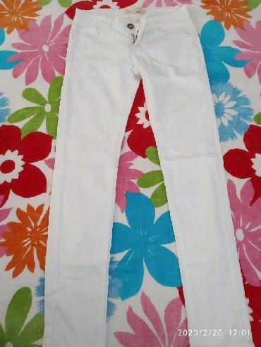 Женская одежда - Кой-Таш: Белые джинсы на средней посадке,новая размер не подошел.( 26)Отдам за