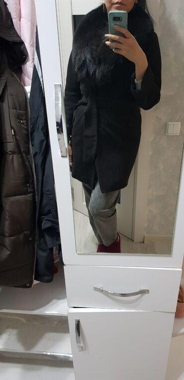 Пальто в отличном состоянии. размер 42/44. воротник
