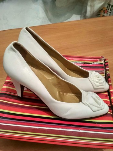 Свадебные аксессуары - Кыргызстан: Продаю свадебную италианскую туфлю размер 38 цена 2000 сом привезли с