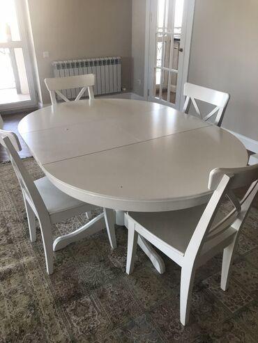 Комплект стол и 4 стула.  Материал - дерево, столешница ДСП, основание