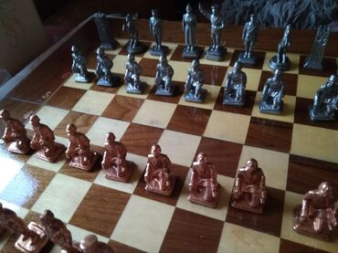 Шахматы - Кыргызстан: Шахматы оловянные, доска орех, средняя, ВОВ