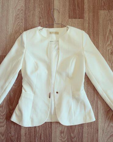 Beli strukirani sako nosen jednom  sako sadrzi likru i ispod je postav
