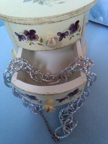 Ogrlica nova,nije nosena,prelep lanac izgleda kao srebro