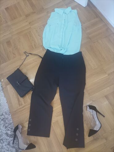 Ženska odeća - Beograd: Crne pantalone velicine 42,tri cetvrt duzine, sa dugmicima sa strane