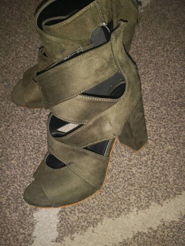 Ženske Sandale i Japanke - Crvenka: Sandale maslinaste nove ne koriscene,broj 36, gaziste 22 5 cm