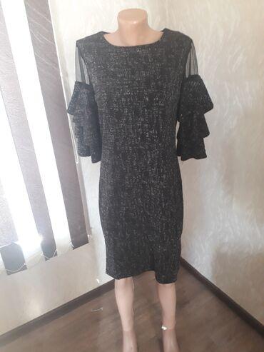 Черное короткое платье с блестками. В образе смотрится очень красиво!