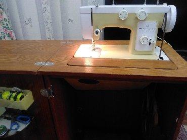 """Продаю механическую бытовую швейную машину б/у """"Чайка"""" в полированной"""