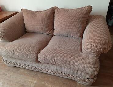 Уютный двухместный диван, б/у. Чехлы стираются и можно постирать