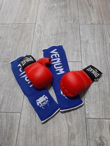 Защита на ноги и перчатки для занятий карате. Все в идеальном состояни