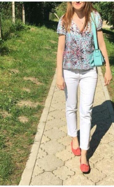 Bele farmerke od čvršćeg džinsa, koje prate liniju tela. Dužina 7/8