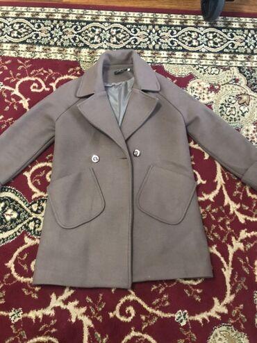 теплые шорты в Кыргызстан: За всё 2000 Куртка на запах чёрного цвета, деми, ниже колен, размер S