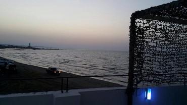 Bakı şəhərində Mərdəkanda Dəniz kənarında bir baş dənizə, təmiz cımərliyi