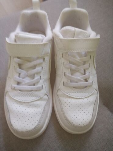 Nike patike, br 30 Obuvene 3-4puta,detetu ne odgovara model