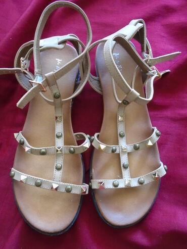 Nove sandale sa kaišićima od mekše kože sa nitnama, kako za elegantne