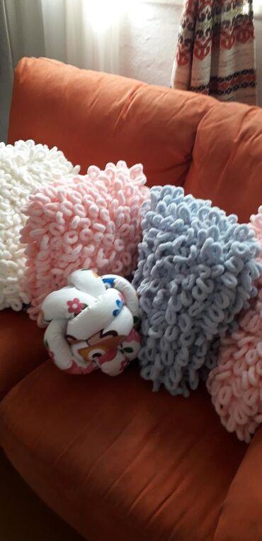 Kućni dekor - Zrenjanin: Ukrasni jastuciJastuci neobicnog izgleda ukrasice svaki prostor u kome