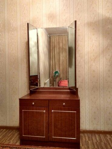 Продаю спальный гарнитур5 предметов :2 тумбочки,трильяж,шкаф м