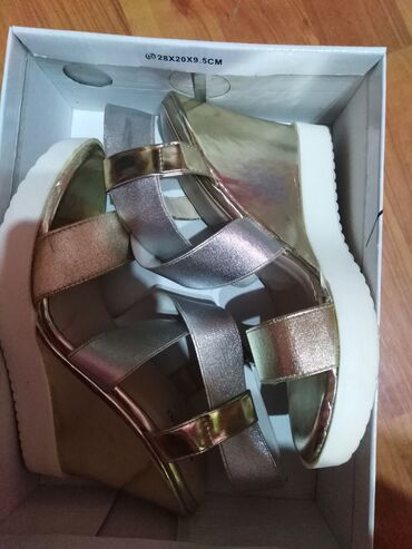 Sandale zlatno srebrne boje, br 38, obuvene jednom, bez ostecenja