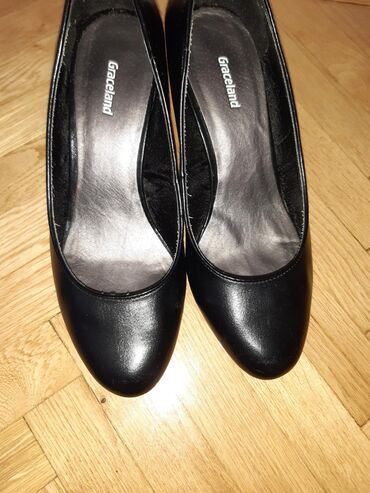 Crne Graceland salonke nošene dva puta, visina štikle 7,5 cm. Robu