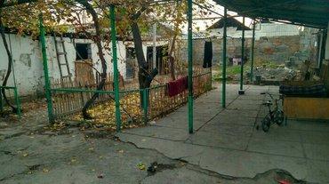 (см. фото) продаётся дом в центре города, в районе верхнего токольдоша in Бишкек
