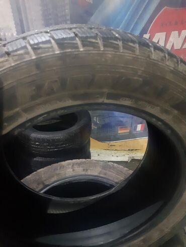 шипованные шины б у в Кыргызстан: Продаю зимние шины 235/60r 18.комплект состояние отличное