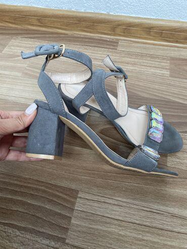 Туфли очень красивые! Размер 37, колодка удобная. Один раз одевали на