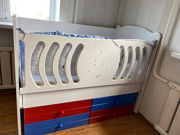 купить качалку детскую в Кыргызстан: Продаю детскую кровать, ребёнок лежал 1-2 раза. Есть 4 полки для