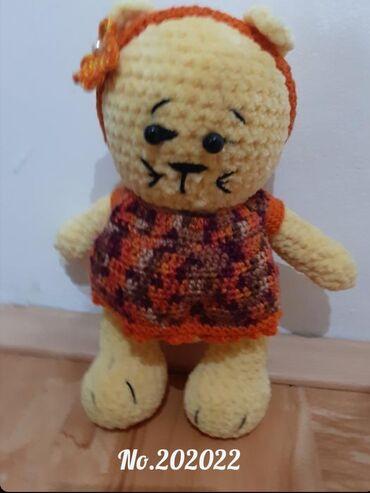 Vunica - Srbija: Rucno heklana igracka maca, 23 cm, izradjena od meke plisane