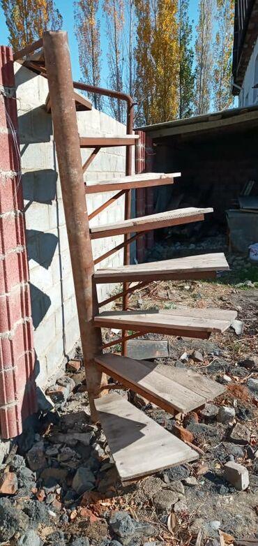 Продаю винтовую лестницу длина 2м20см с поручнями отдам за 5000с