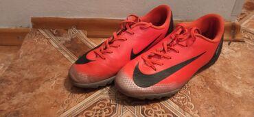 Бутсы - Бишкек: Продаю бутсы футбольные оригинал из Америки Nike покупал за 85