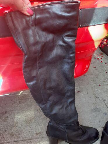 Crne,kozne cizme preko kolena sa stabilnom cetvrtastom stiklom.Jako