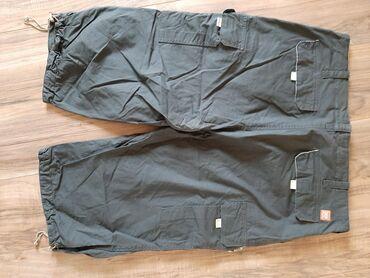 Bermude XXL tamno sive muske sa džepovima sa strana. Nogavice mogu da