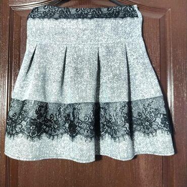 Siva suknjica sa cipkom. Velicina S/M. Udobna je, jako lepo stoji