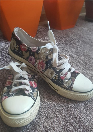 Ženska patike i atletske cipele | Pirot: Sarene strake vrlo simpativne i udobne