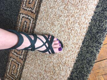 Tamno zelene sandale, par puta obuvene što se I vidi na slici. Visina