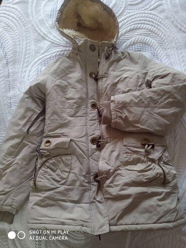 Куртки - Бежевый - Бишкек: Продам куртку на худенькую девушку или подростка теплая Деми состо