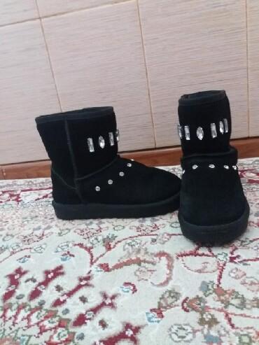 Детская обувь в Джалал-Абад: Угги зимние подростковые. Размер 34. Цвет черный. Носили аккуратно