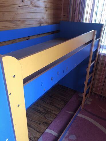 Детская двухэтажная кровать.Присутствует 5 полок с торцовой стороны